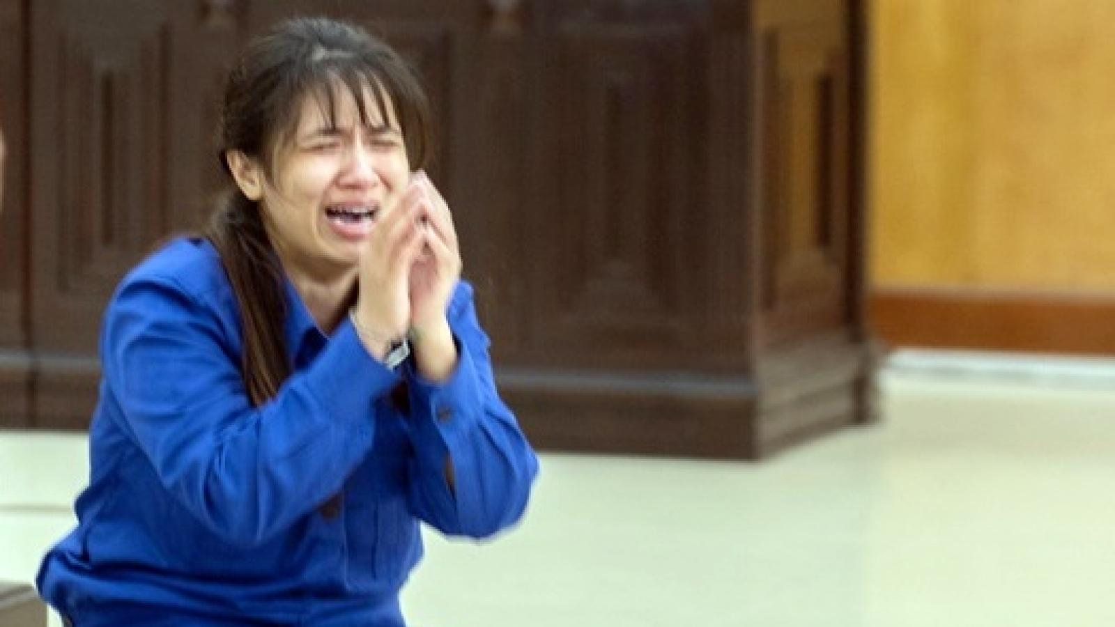 Vụ bé 3 tuổi bị bạo hành đến chết: Bị cáo khóc lóc, quỳ xin lỗi mẹ