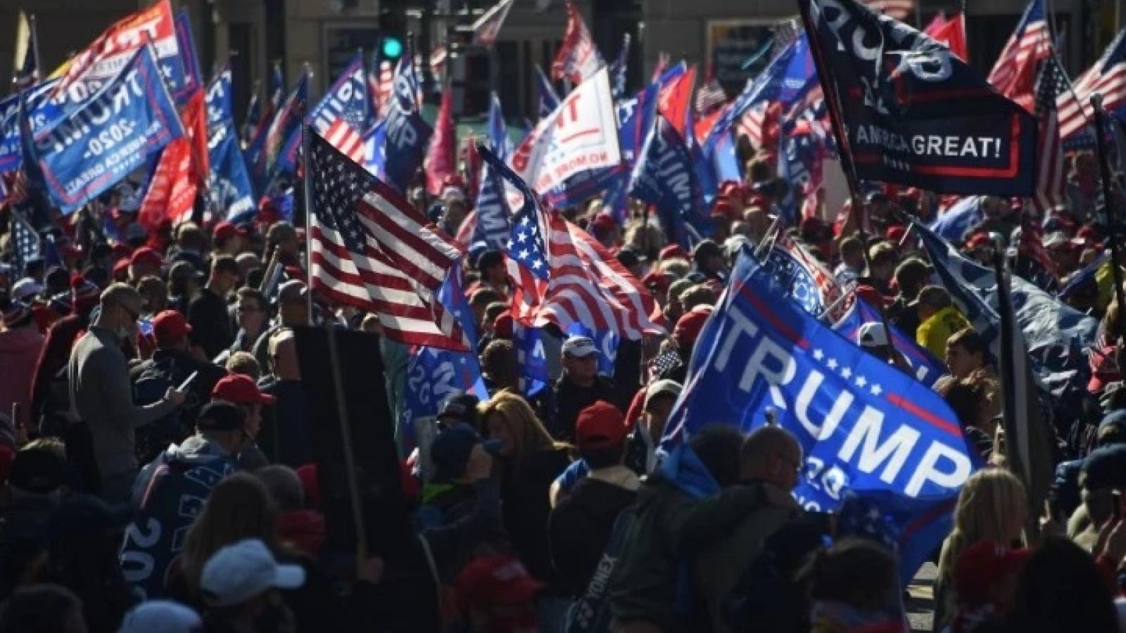 Người ủng hộ Tổng thống Trump đụng độ với người biểu tình chống ông Trump