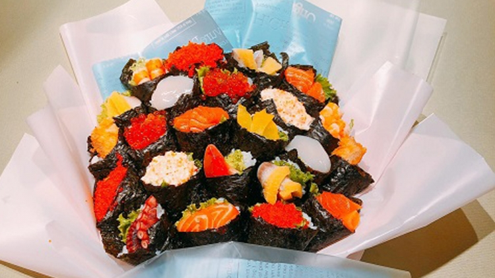 Bó hoa độc đáo làm từ cá hồi và rong biển trị giá 1,4 triệu đồng