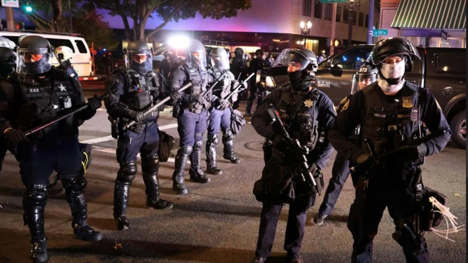 Biểu tình và bạo động sau bầu cử Mỹ, cảnh sát bắt hàng chục người ở New York và Portland