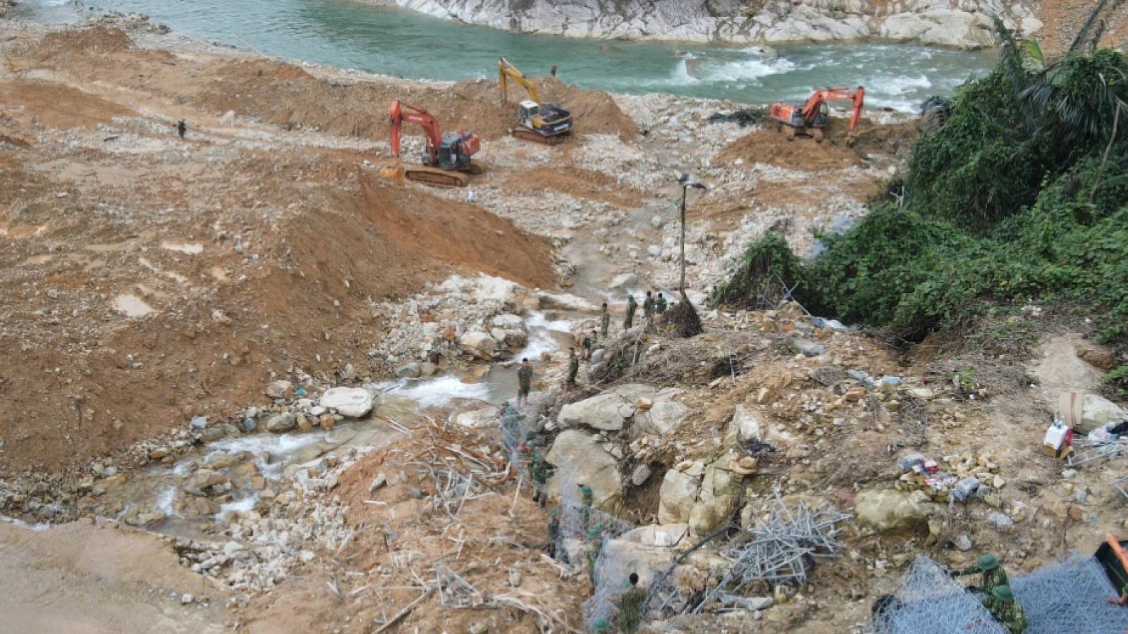 Nước suối Rào Trăng dâng cao, việc nắn dòng gặp khó khăn