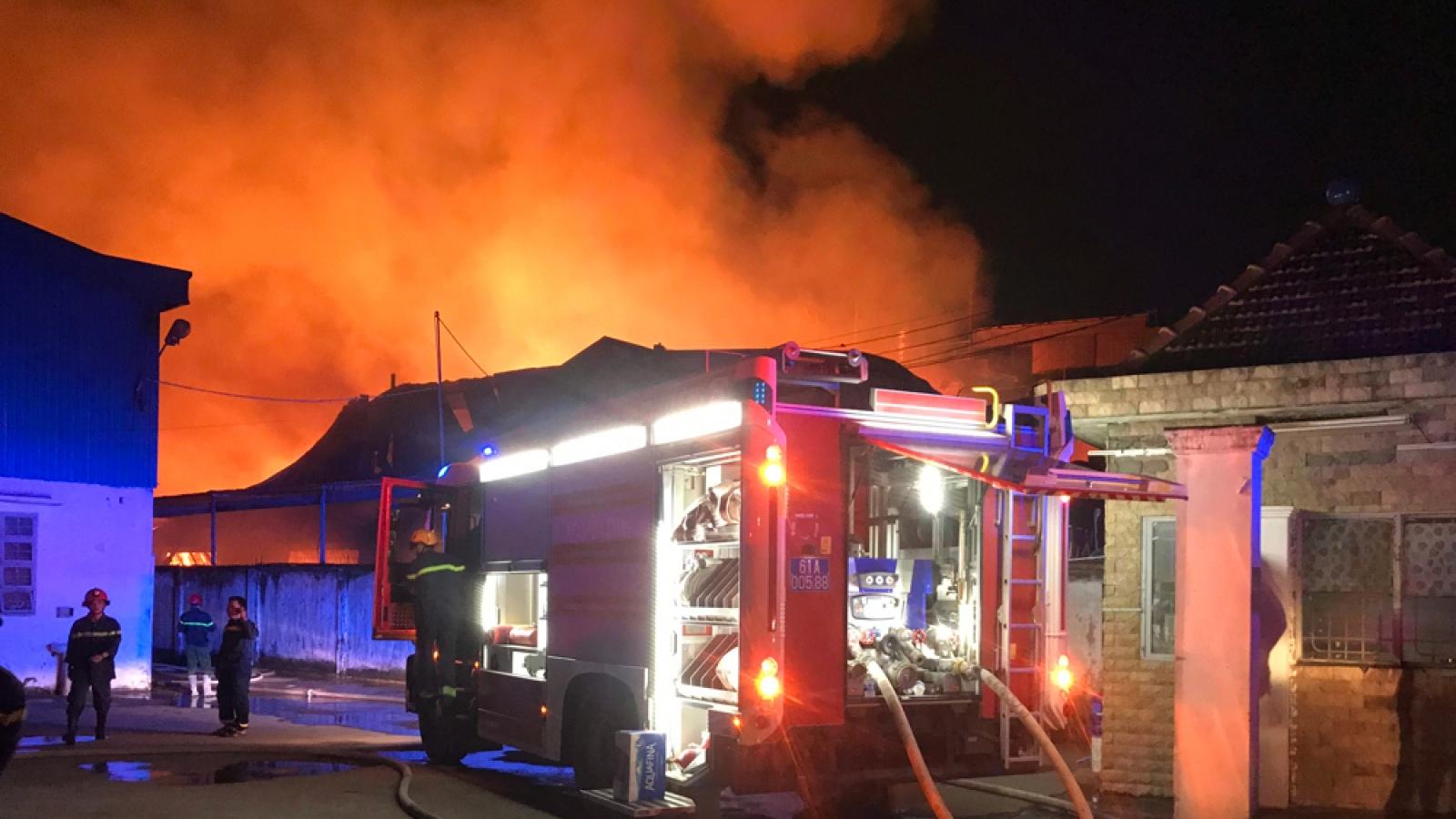 Công nhân ôm đồ bỏ chạy khi xưởng gỗ gần kề cháy lớn
