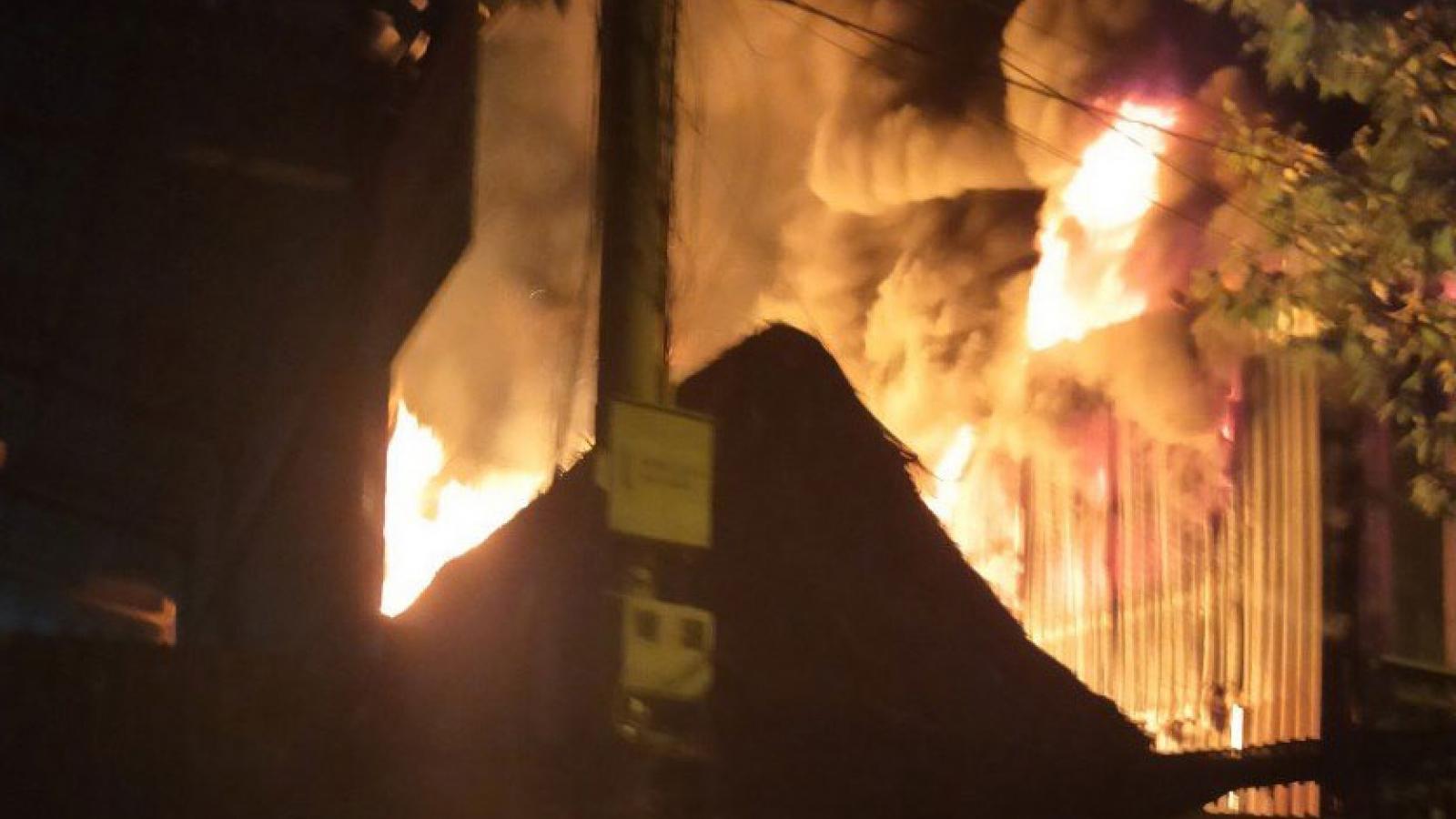 Cháy lớn vựa phế liệu và 2 quán cà phê ở Bình Dương