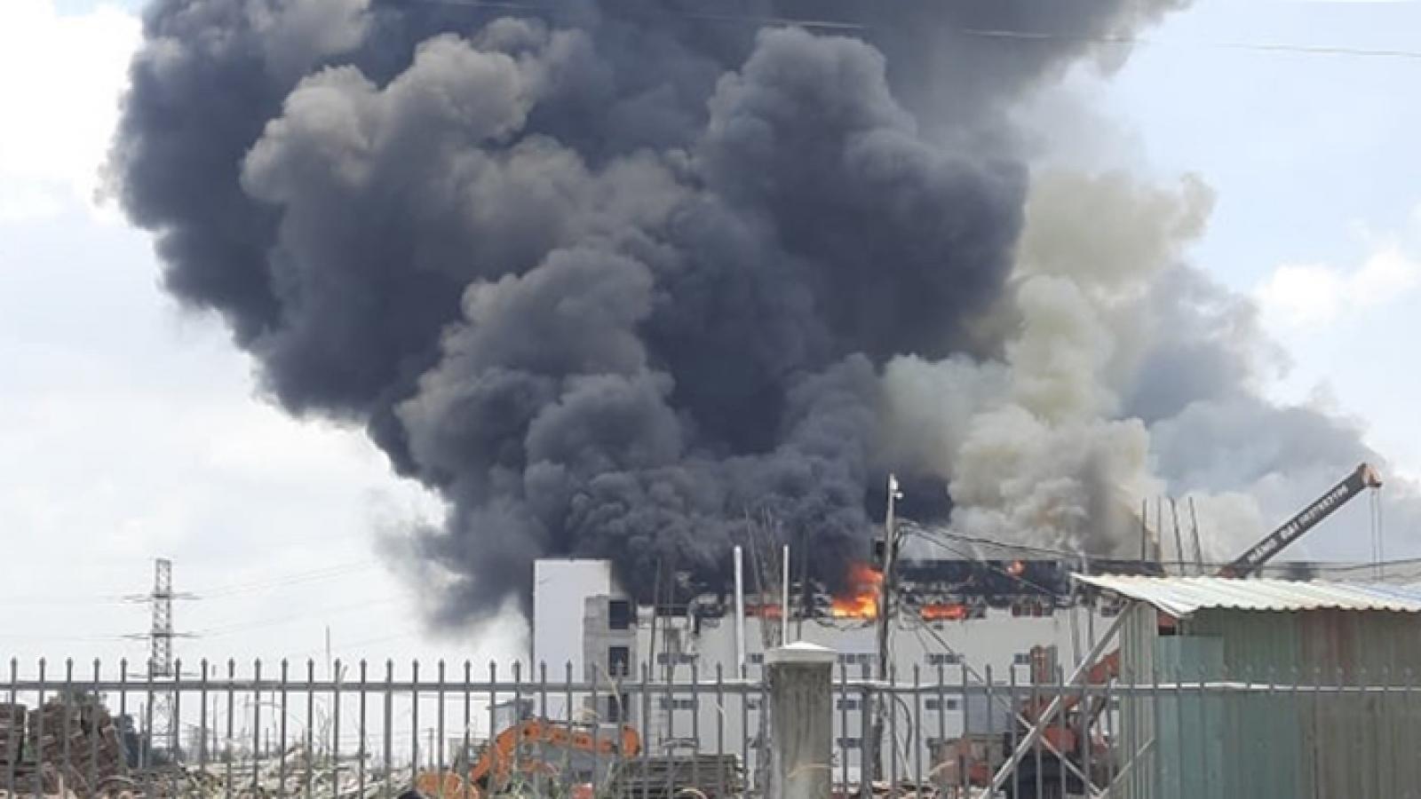 Cháy dữ dội công ty sản xuất sofa rộng 5.000m2 ở Bình Dương