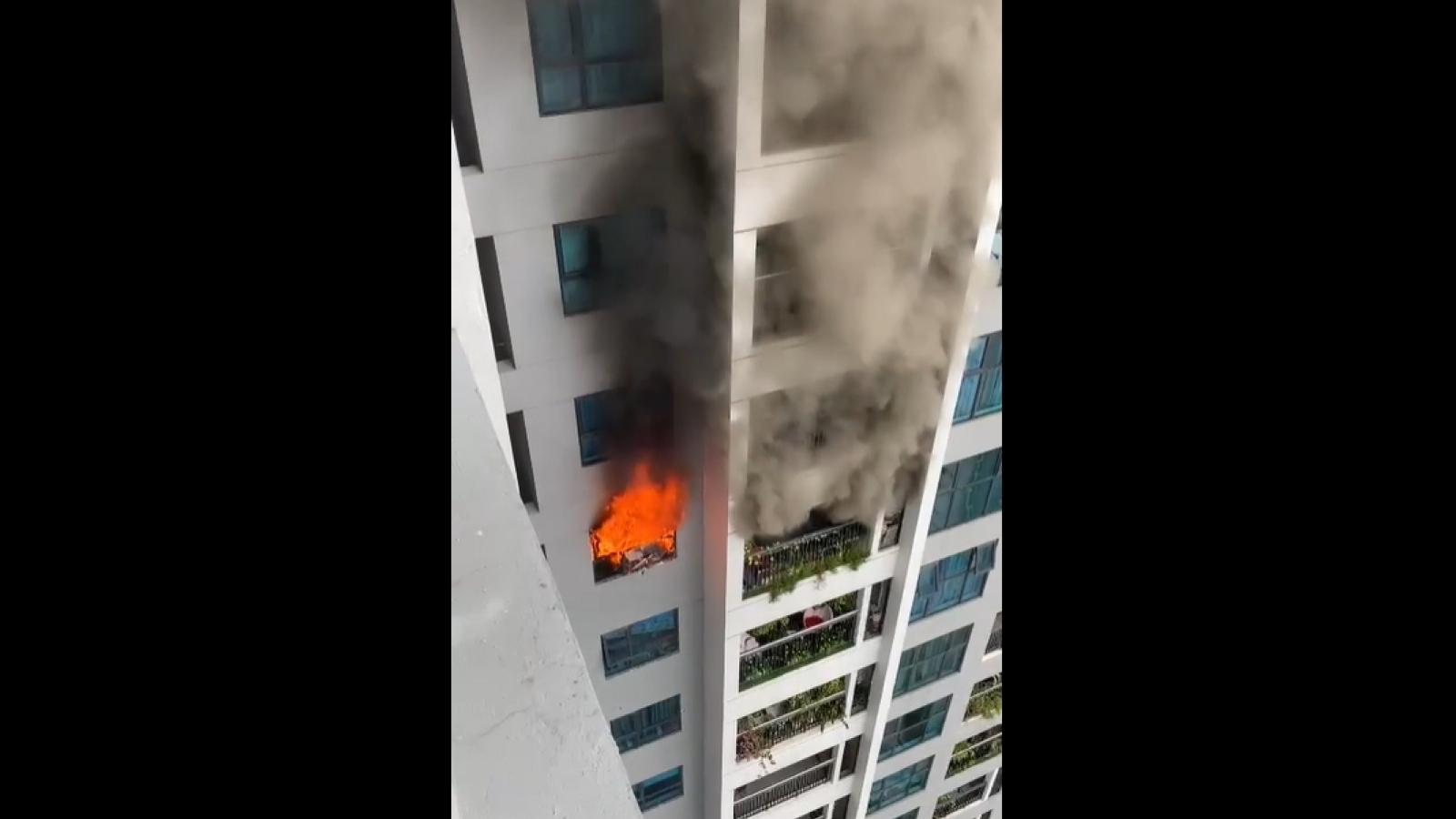 Cháy tại chung Goldmark City, hàng trăm người chạy xuống đất