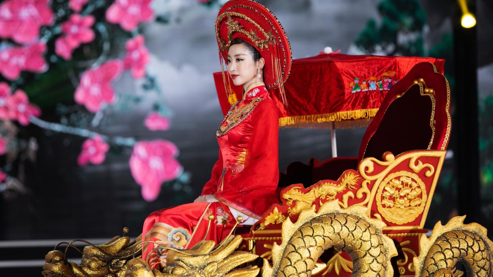 Hoa hậu Đỗ Mỹ Linh ăn chay 2 ngày trước khi ngồi kiệu hóa thân thành Thánh Mẫu
