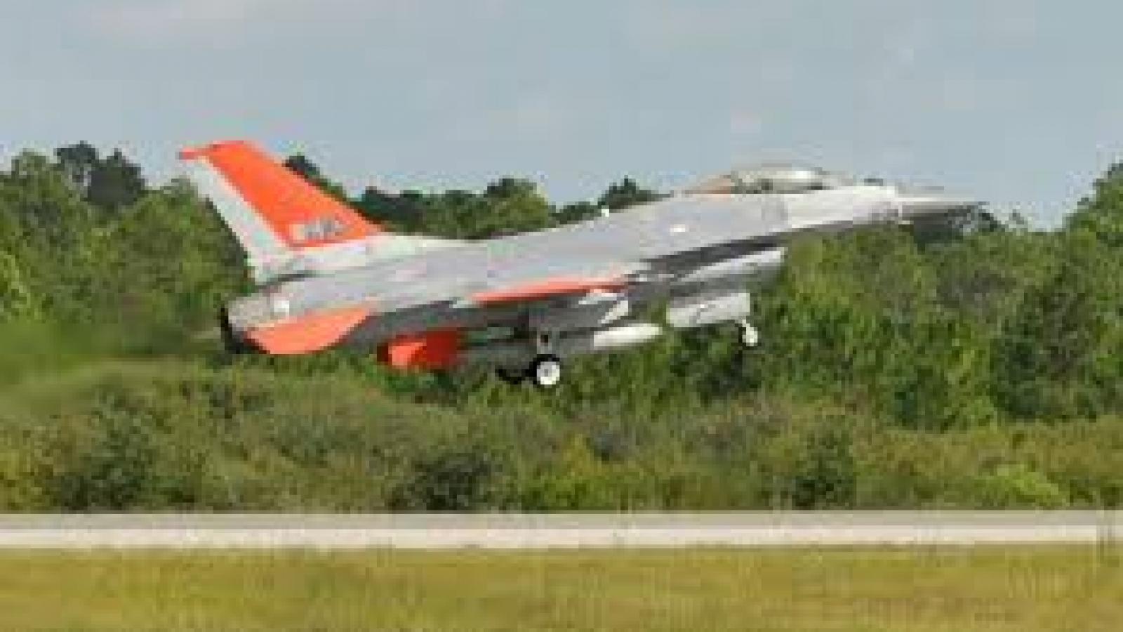 """Cận cảnh """"mục tiêu bay"""" QF-16 hoạt động ở chế độ không người lái"""