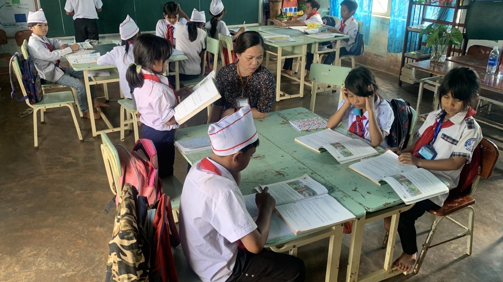 Cô giáo miệt mài chăm lo cho học trò nghèo Jrai vùng khó