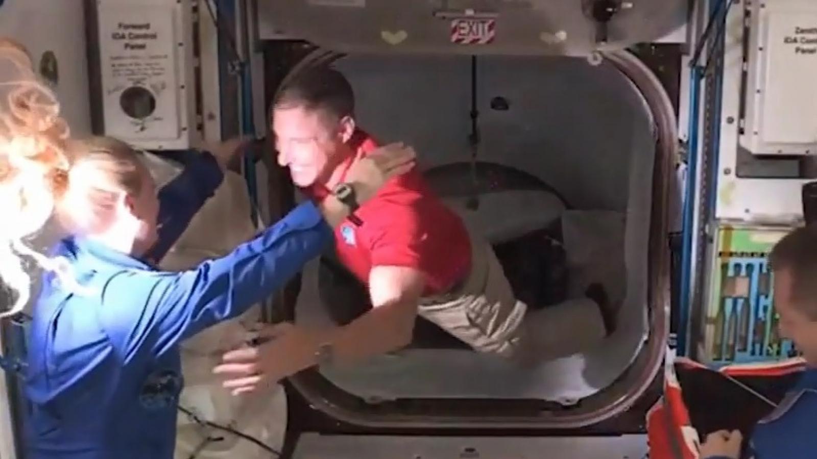 Khoảnh khắc 4 phi hành gia bay lơ lửng vào Trạm Vũ trụ Quốc tế (ISS)