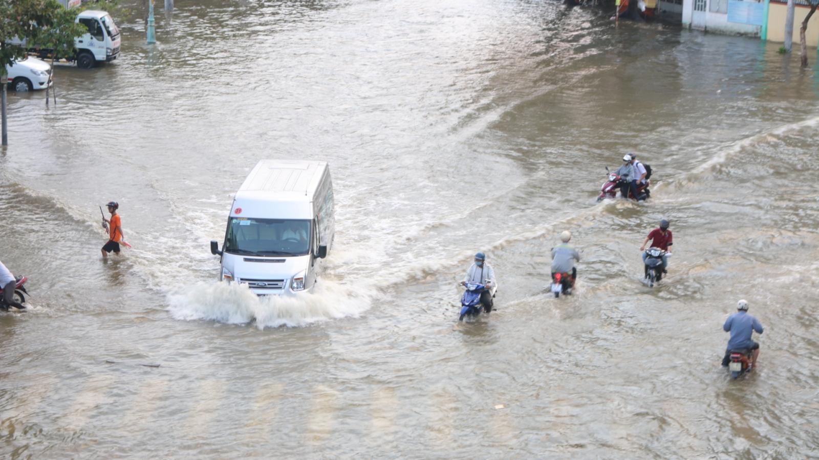 Triều cường dâng cao khiến nhiều tuyến đường, nhà dân ở TPHCM ngập nặng