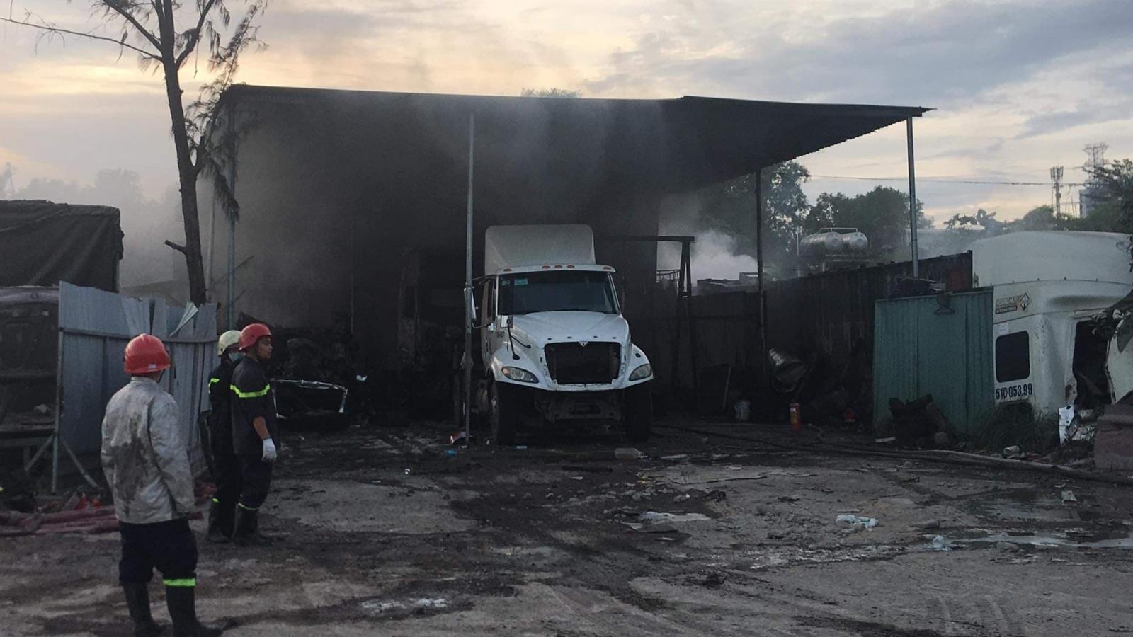 Cháy bãi xe ở Quận 9, nhiều ô tô bị lửa thiêu rụi, trơ khung