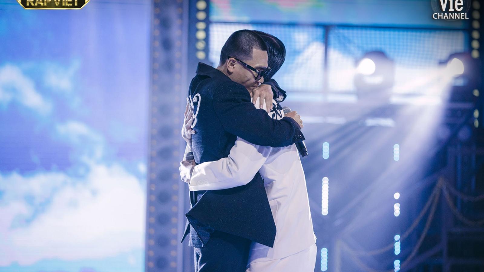 Wowy ôm chặt trò cưng Dế Choắt, tình thầy trò thăng hoa trong Chung kết Rap Việt