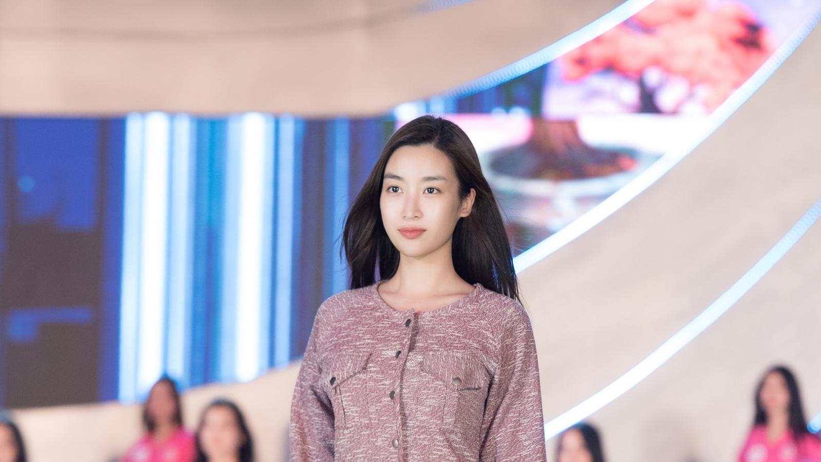 Hoa hậu Mỹ Linh, Tiểu Vy để mặt mộc tổng duyệt người đẹp thời trang
