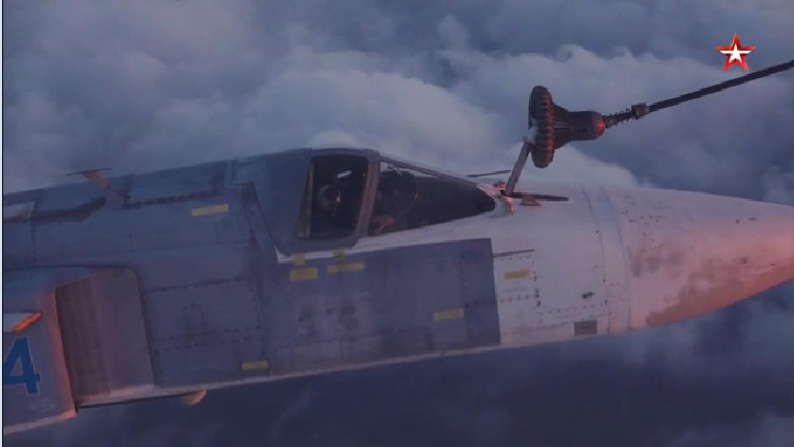 """Xem """"thùng xăng bay"""" Il-78 của Nga tiếp nhiên liệu trên không trong đêm"""