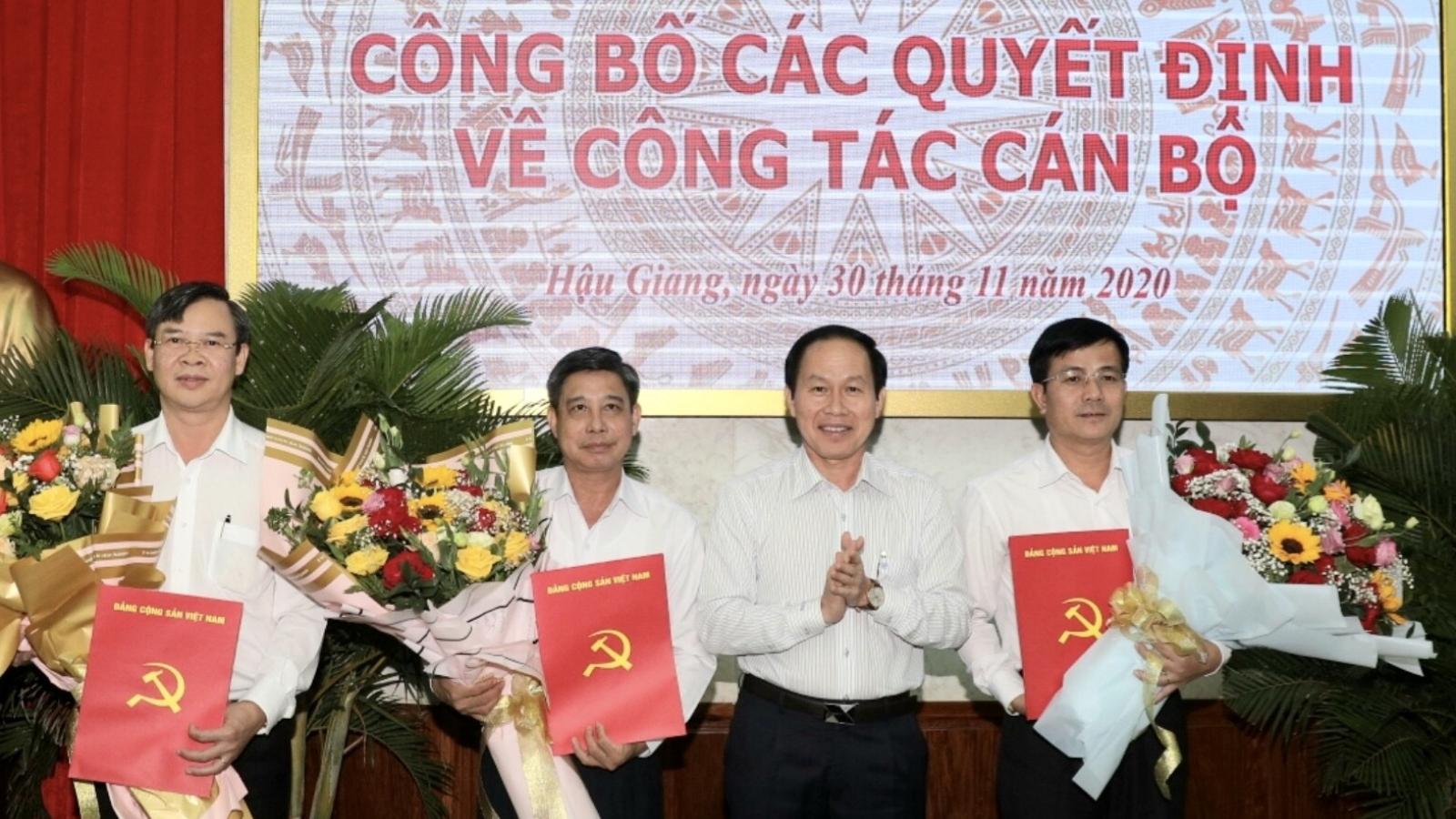 Trao Quyết định phê chuẩn kết quả bầu Chủ tịch UBND tỉnh Hậu Giang