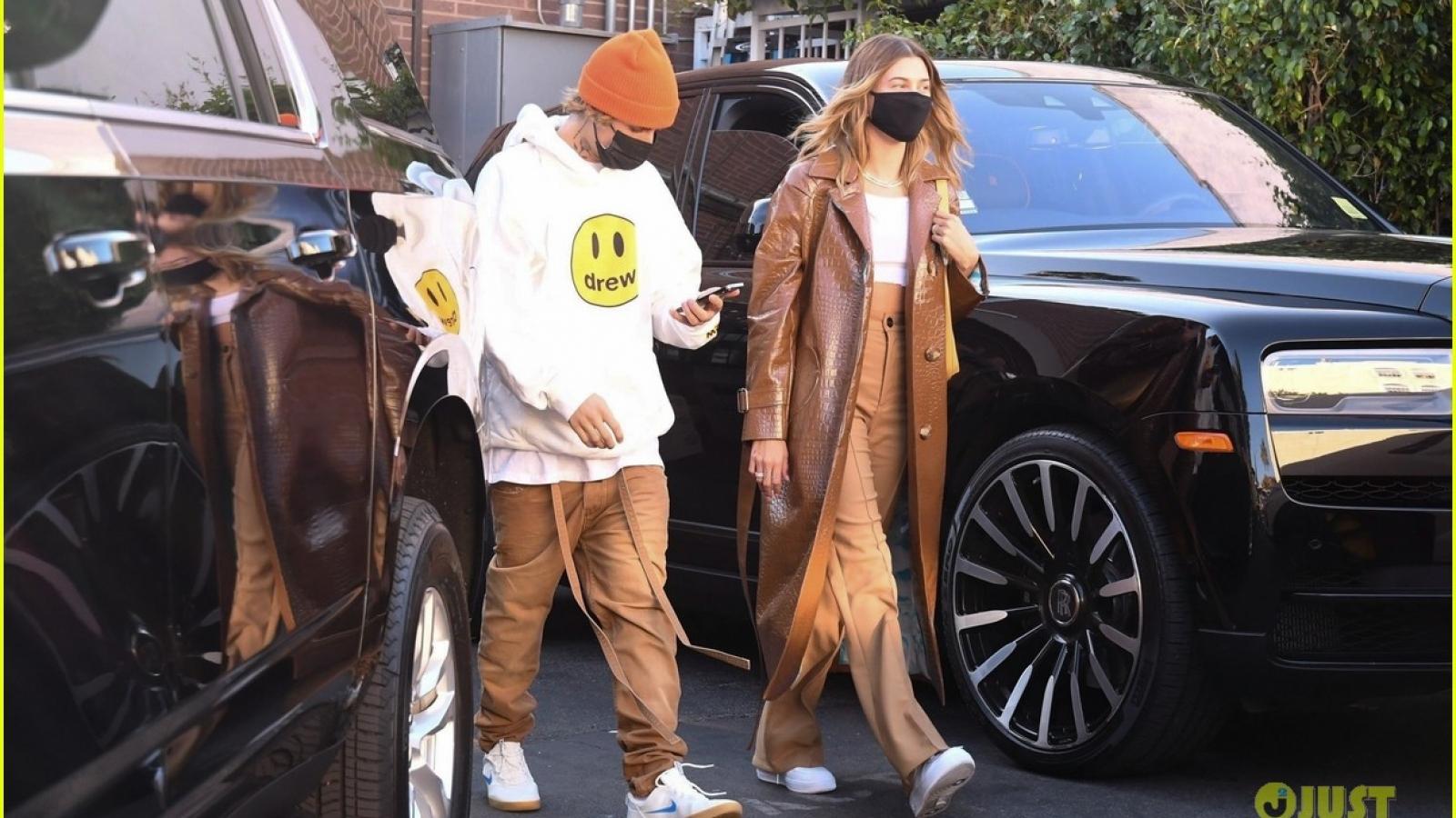 Vợ chồng Justin Bieber mặc đồ đồng điệu đi ăn trưa ở nhà hàng