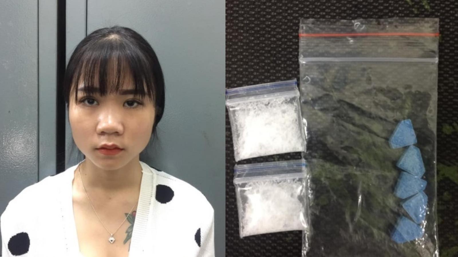 Thiếu nữ dạo phố cổ với ma túy trong túi xách