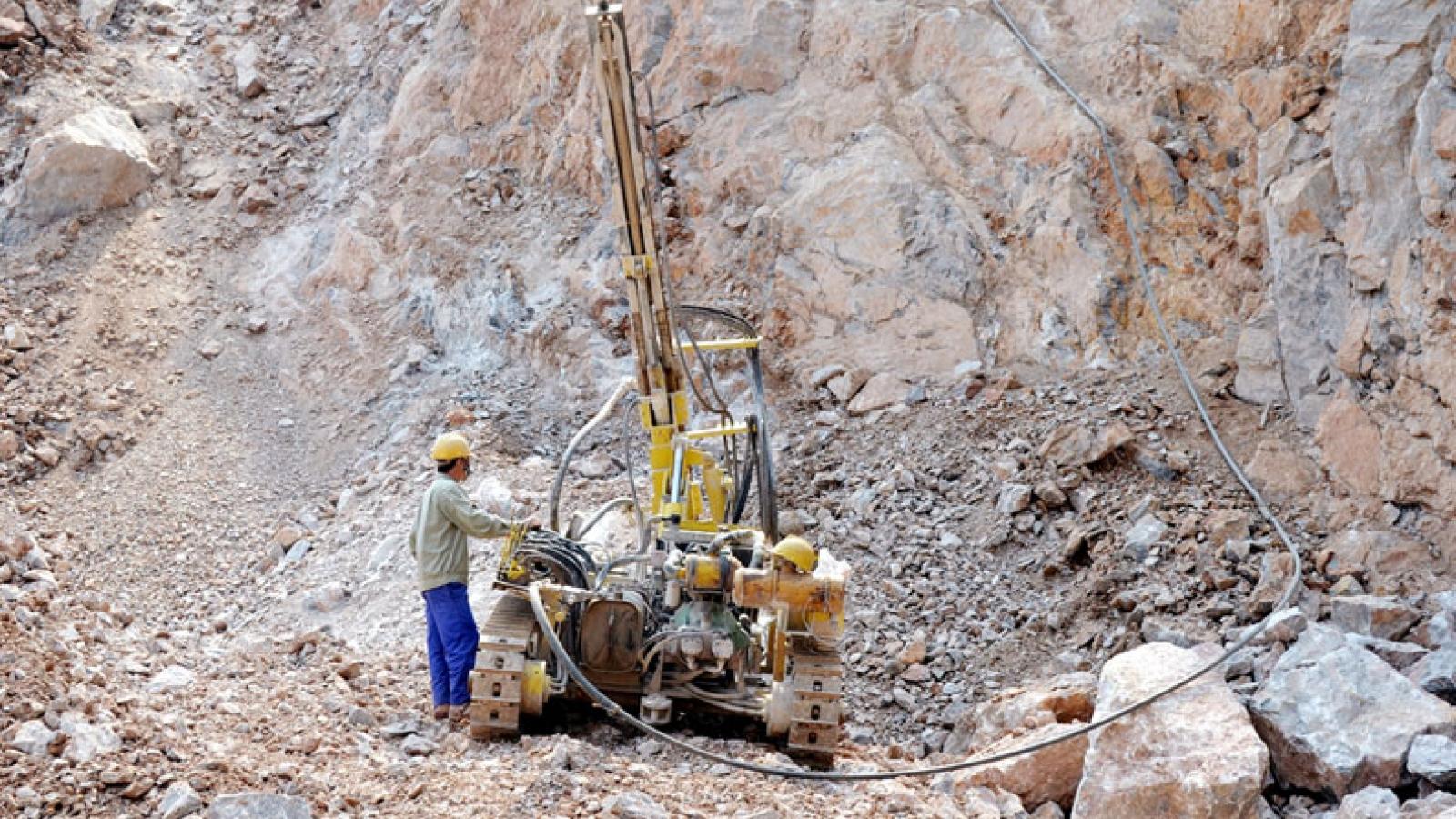 Quảng Ninh: Bị đá rơi vào người, 2 công nhân tử vong