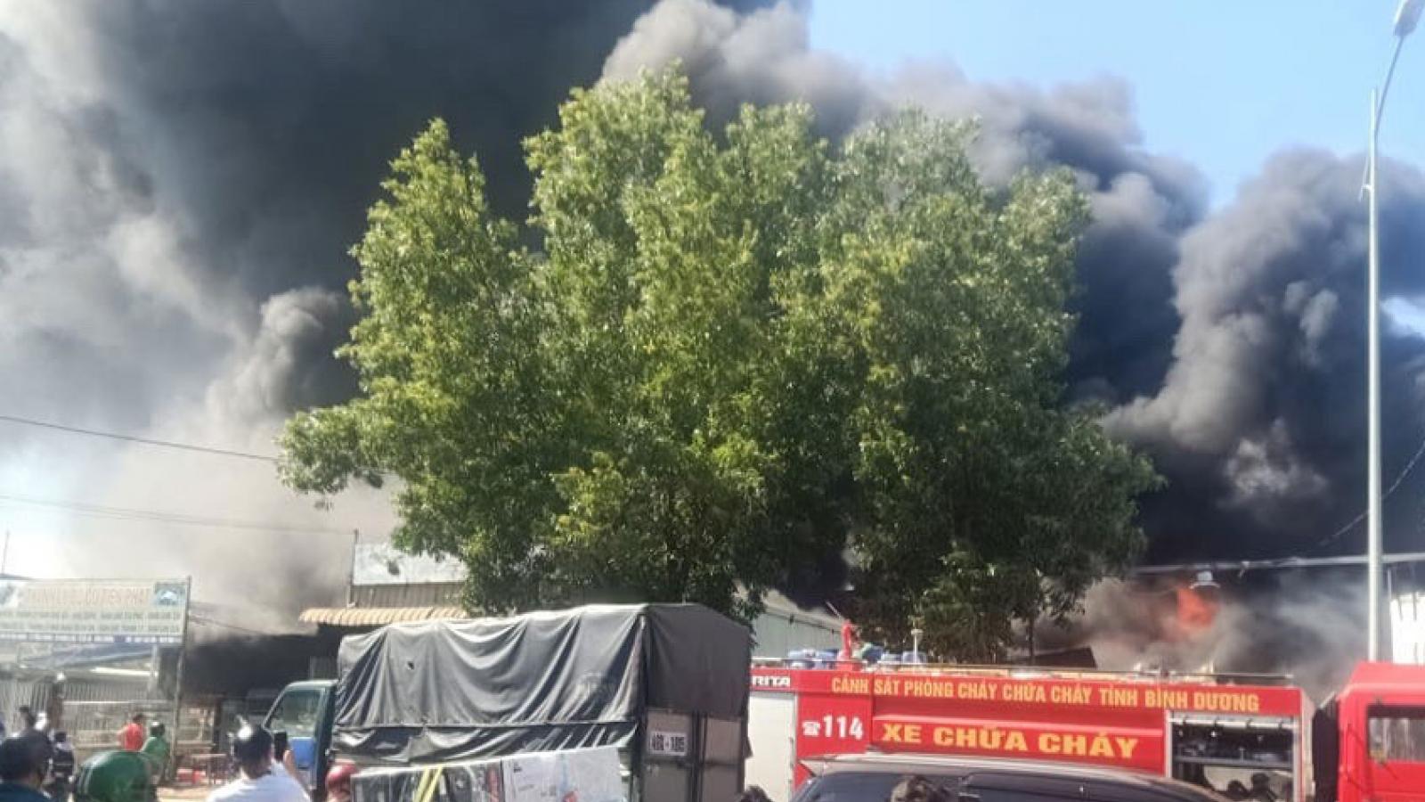 Kho phế liệu trong khu dân cư bốc cháy dữ dội