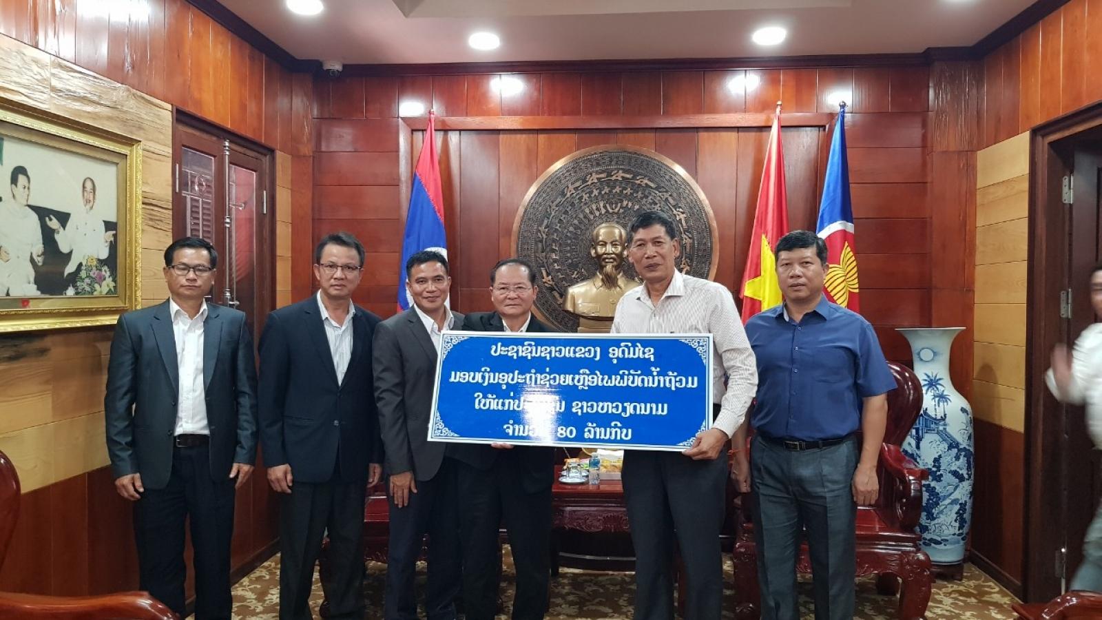 Tỉnh Udomxay (Lào) trao tiền ủng hộ đồng bào vùng lũ miền Trung