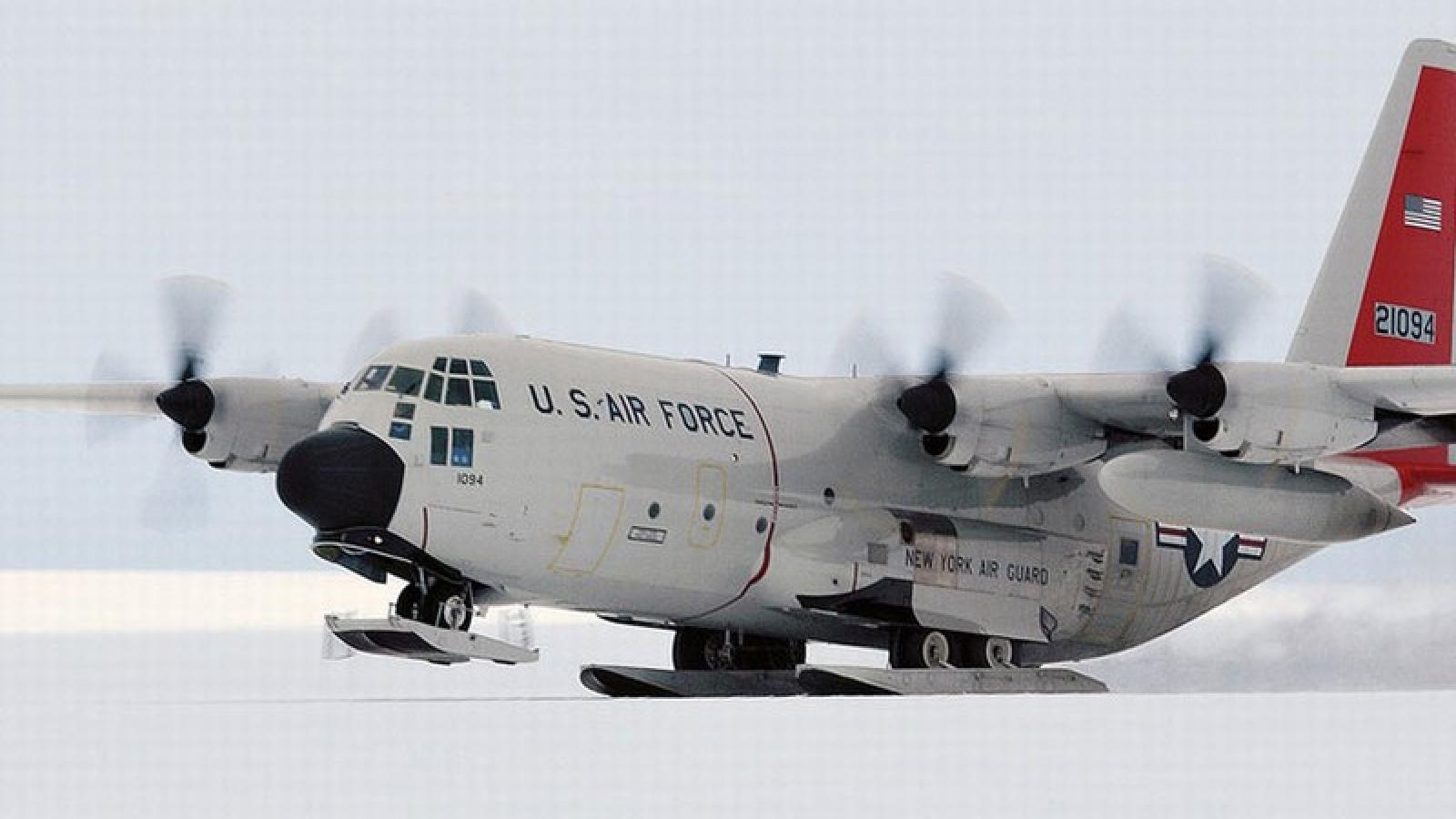 """Ấn tượng khoảnh khắc """"lực sỹ"""" bầu trời LC-130 của Mỹ hạ cánh trên băng tuyết"""