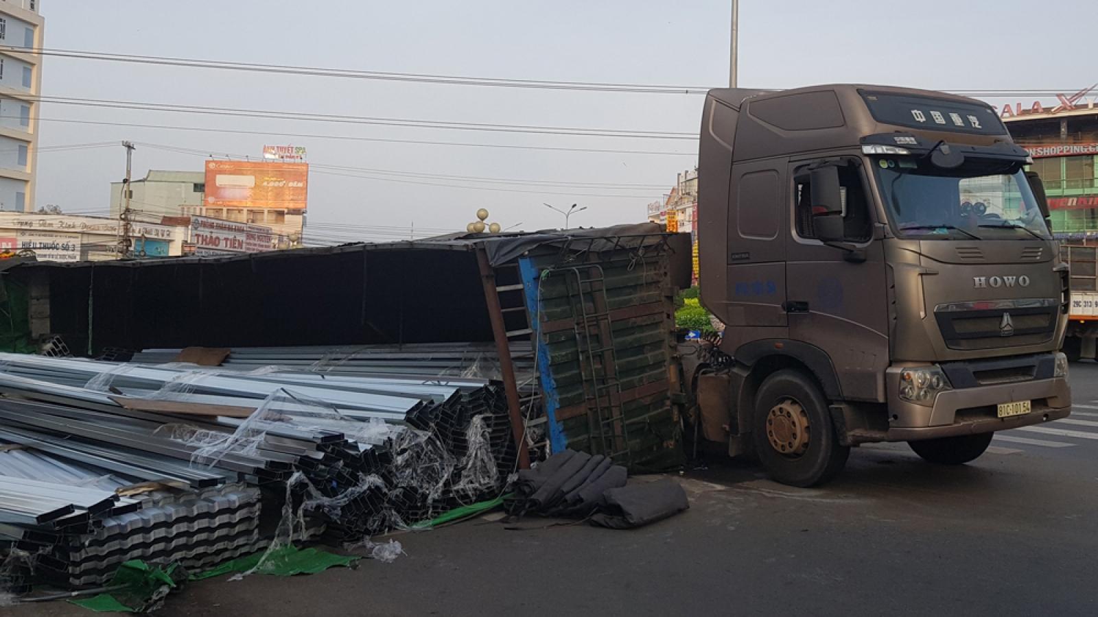 Lật thùng container tại Bình Phước, hàng chục tấn thép văng ra đường