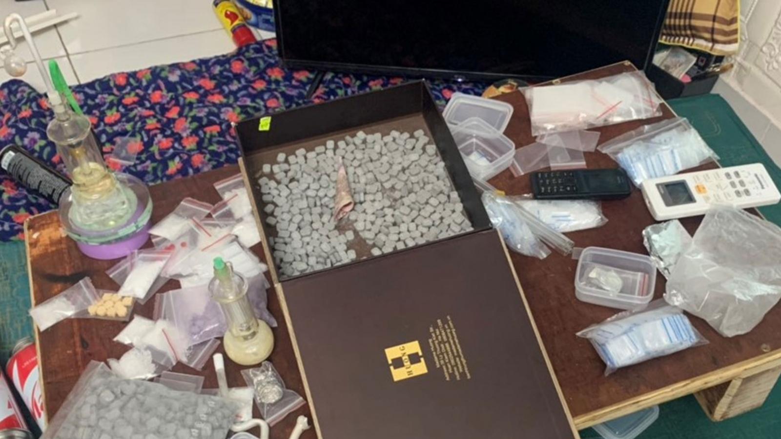 Bắt đối tượng tàng trữ súng quân dụng, buôn ma túy với số lượng lớn