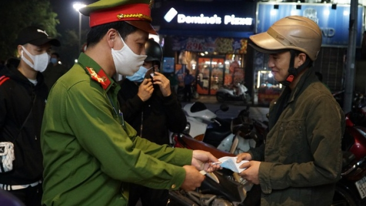 Hanoi fines people for not wearing face masks at pedestrian streets