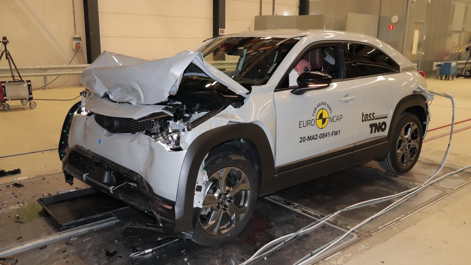 Video: Thử khả năng chịu va chạm của Mazda MX-30 và Honda Jazz