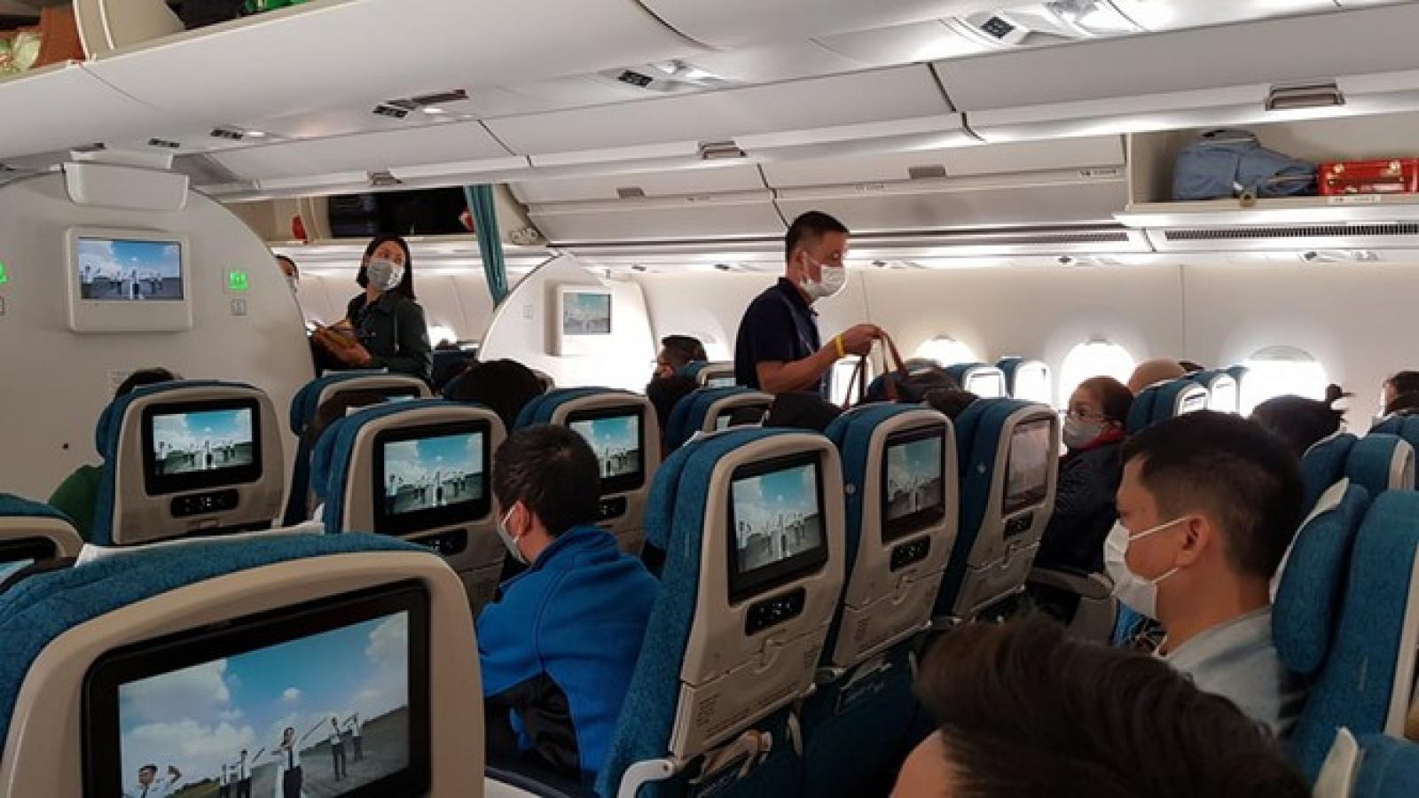 Bật lửa đốt giấy khi máy bay chuẩn bị cất cánh, nam hành khách bị phạt 2 triệu đồng