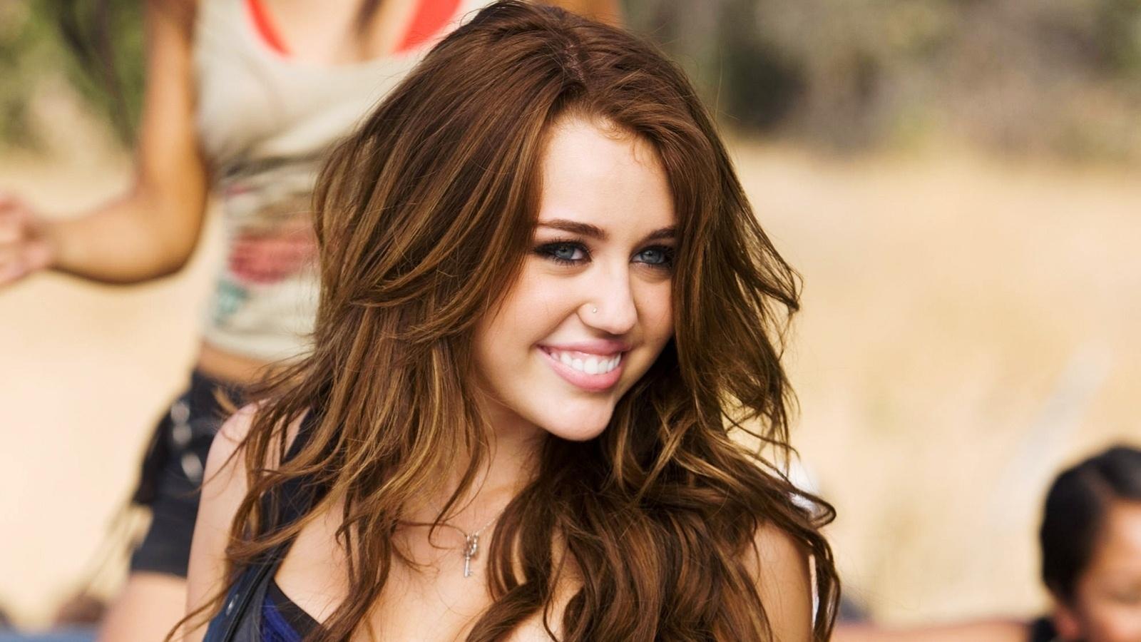 Hit 10 năm trước của Miley Cyrus bỗng nổi đình đám sau chiến thắng của Biden