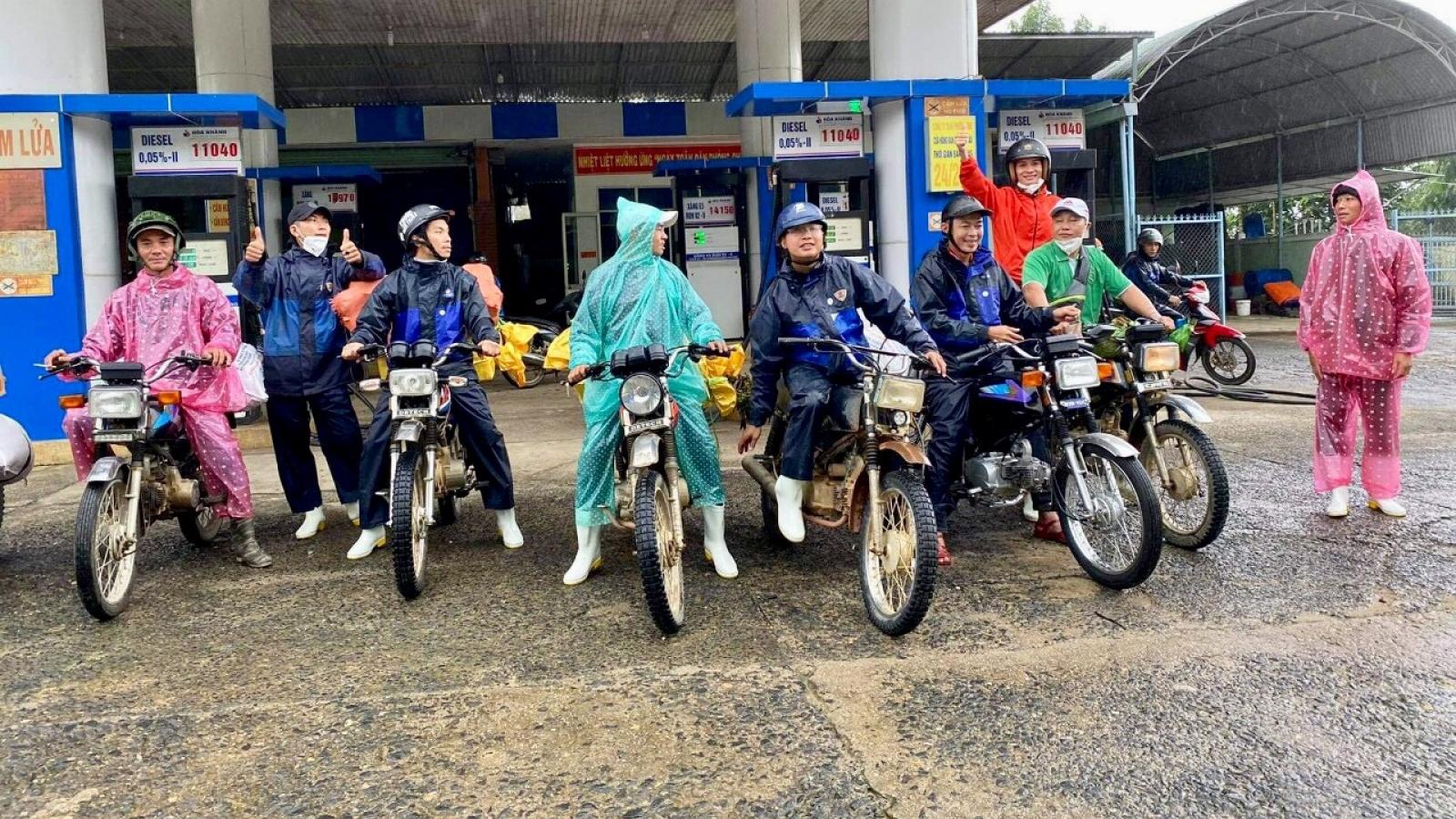 Tiếp sức cho đoàn cứu trợ đến với xã cô lập ở Phước Sơn, Quảng Nam