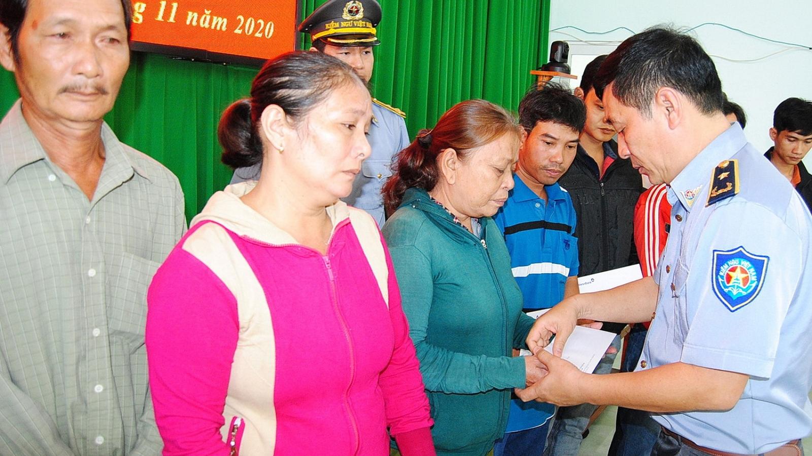 Cục Kiểm ngư thăm, tặng quà các gia đình ngư dân mất tích trên biển