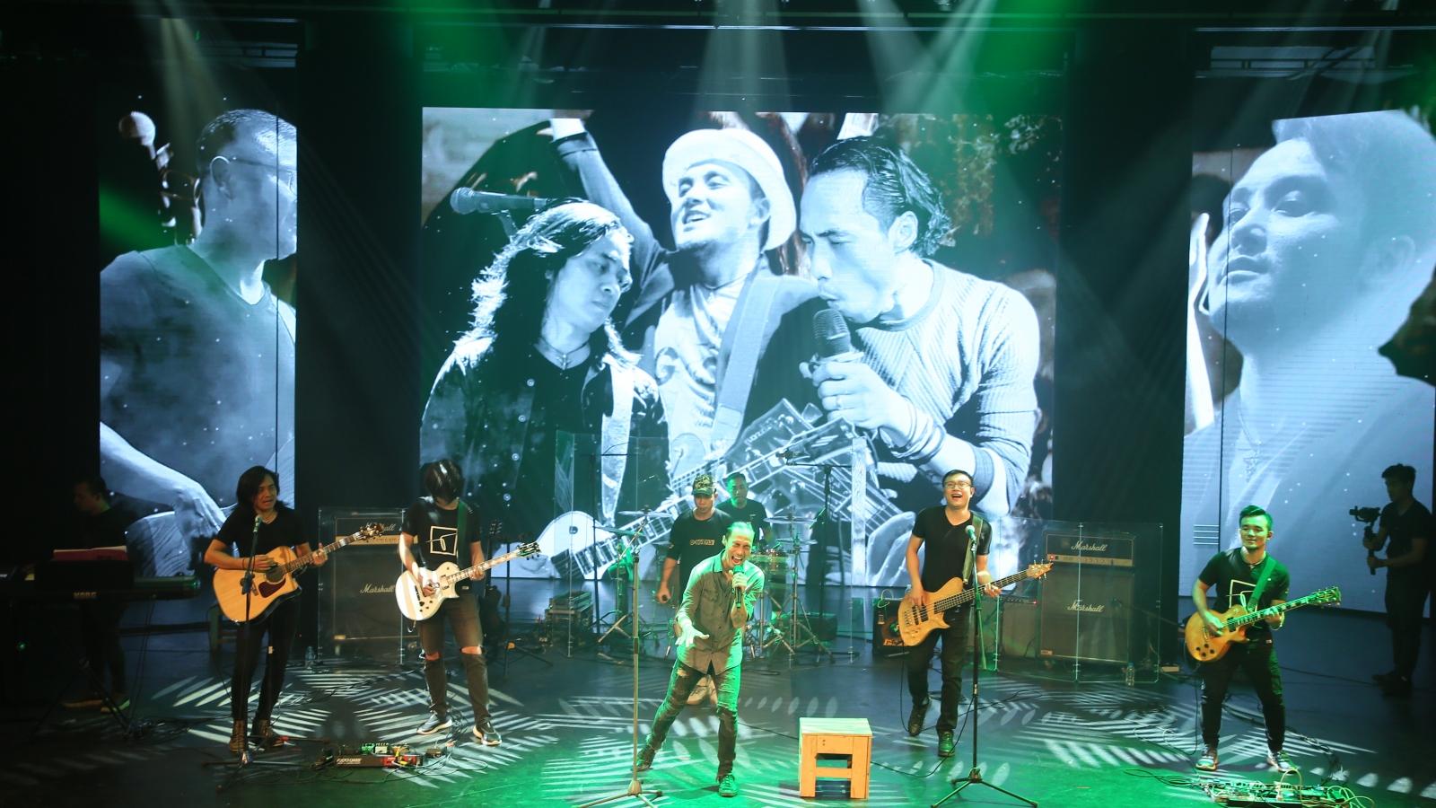 Phạm Anh Khoa áp lực khi hát thay Trần Lập trong ban nhạc Bức Tường