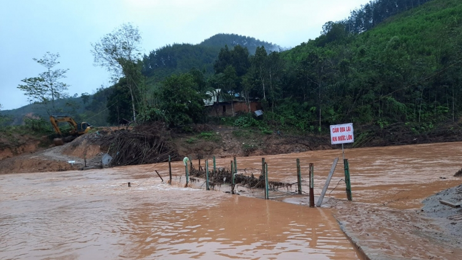 Sạt lở đất ở miền núi, ngập lụt ở vùng thấp trũng Quảng Nam