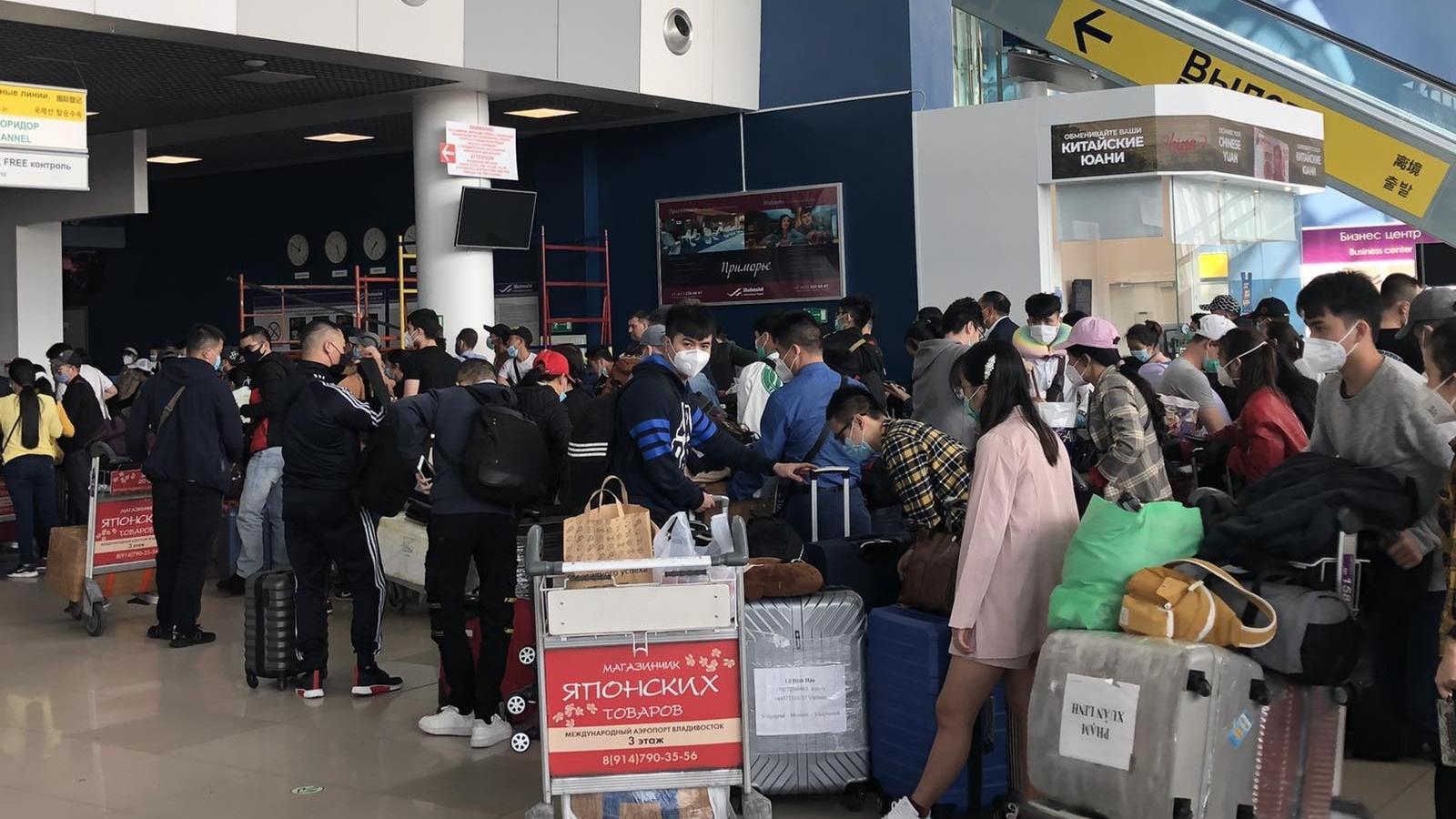 Chuyến bay đưa hơn 280 người Việt từ Nga về nước hạ cánh ở Cam Ranh