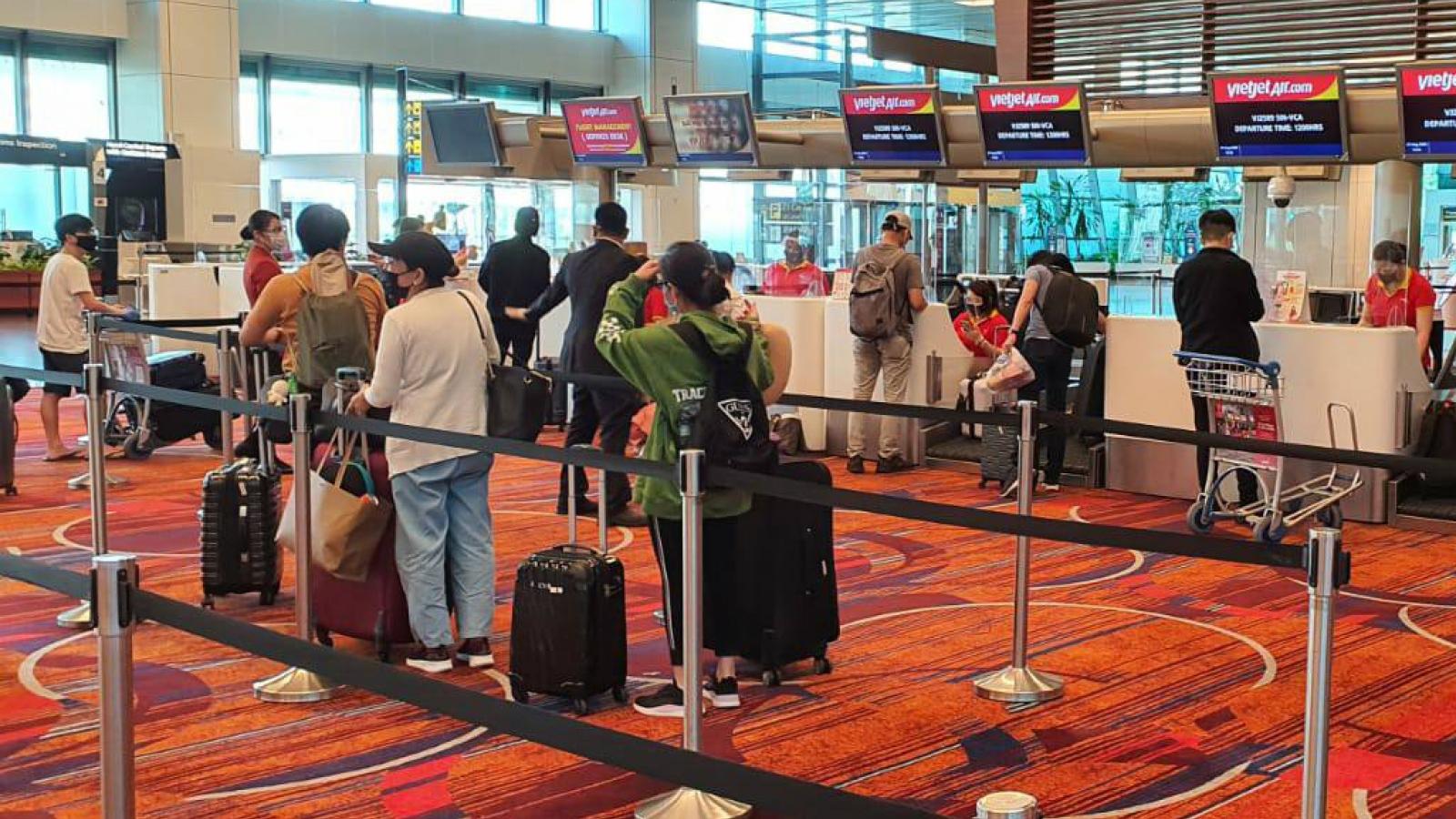 Chuyến bay đưa 240 người Việt Nam từ Singapore về nước hạ cánh ở Tân Sơn Nhất