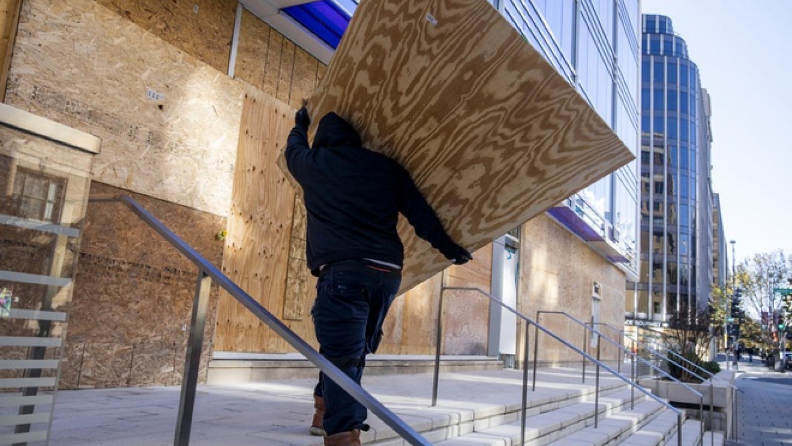 Lắp cửa chống đạn do lo ngại biểu tình sau bầu cử tại Mỹ