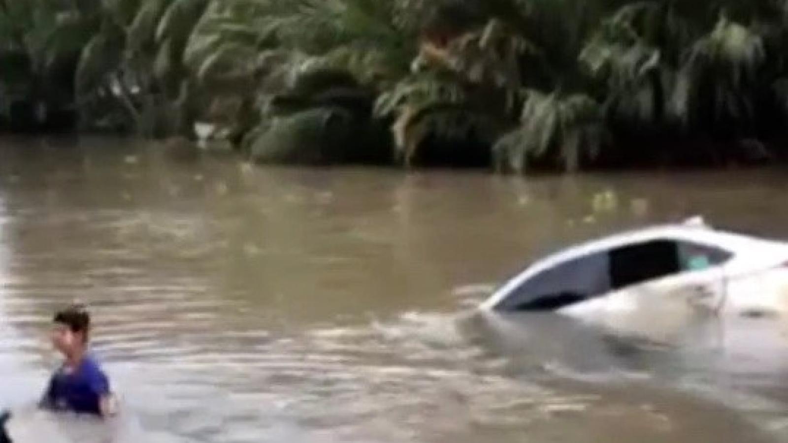Xe ô tô rơi xuống sông, tài xế may mắn thoát chết