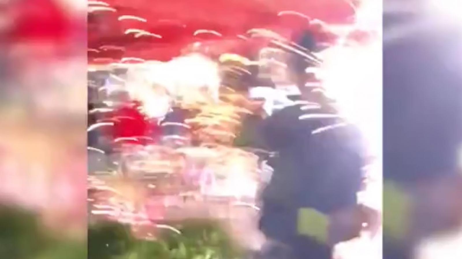 Video: Phe biểu tình ném pháo hoa vào những người ủng hộ Tổng thống Trump