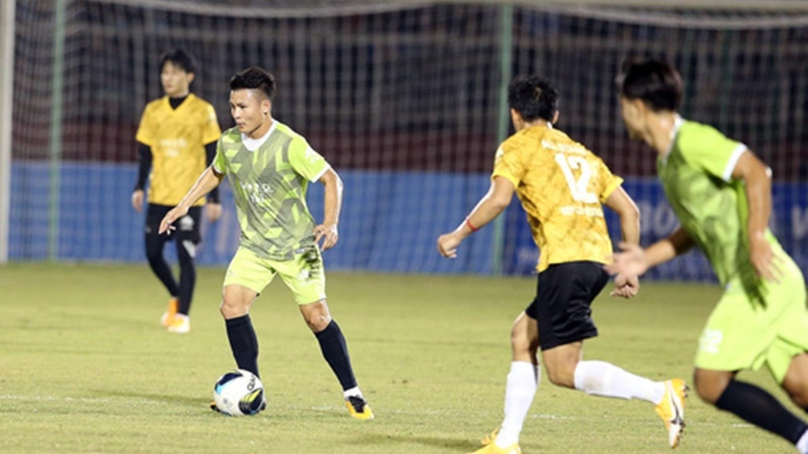 Quang Hải đối đầu với Jack ở trận bóng đá vì miền Trung