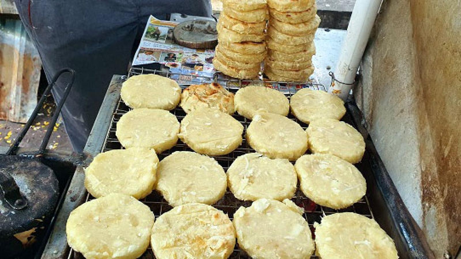 """Bánh sắn """"nhà nghèo"""" hút khách Hà Thành"""