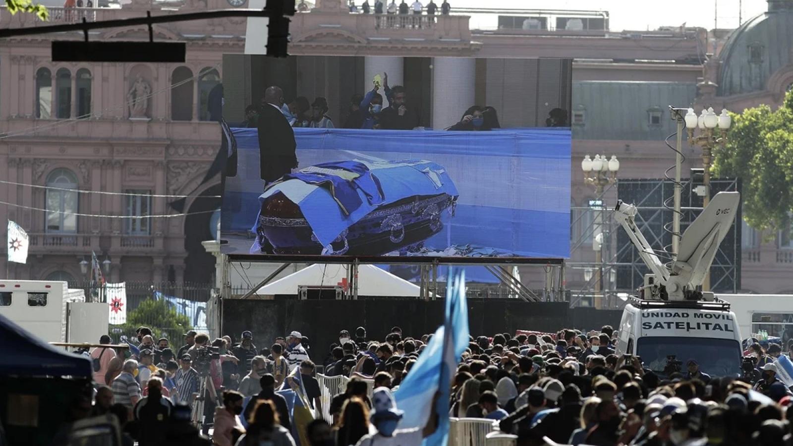 """VIDEO: """"Biển người"""" Argentina đến dự đám tang huyền thoại Maradona"""