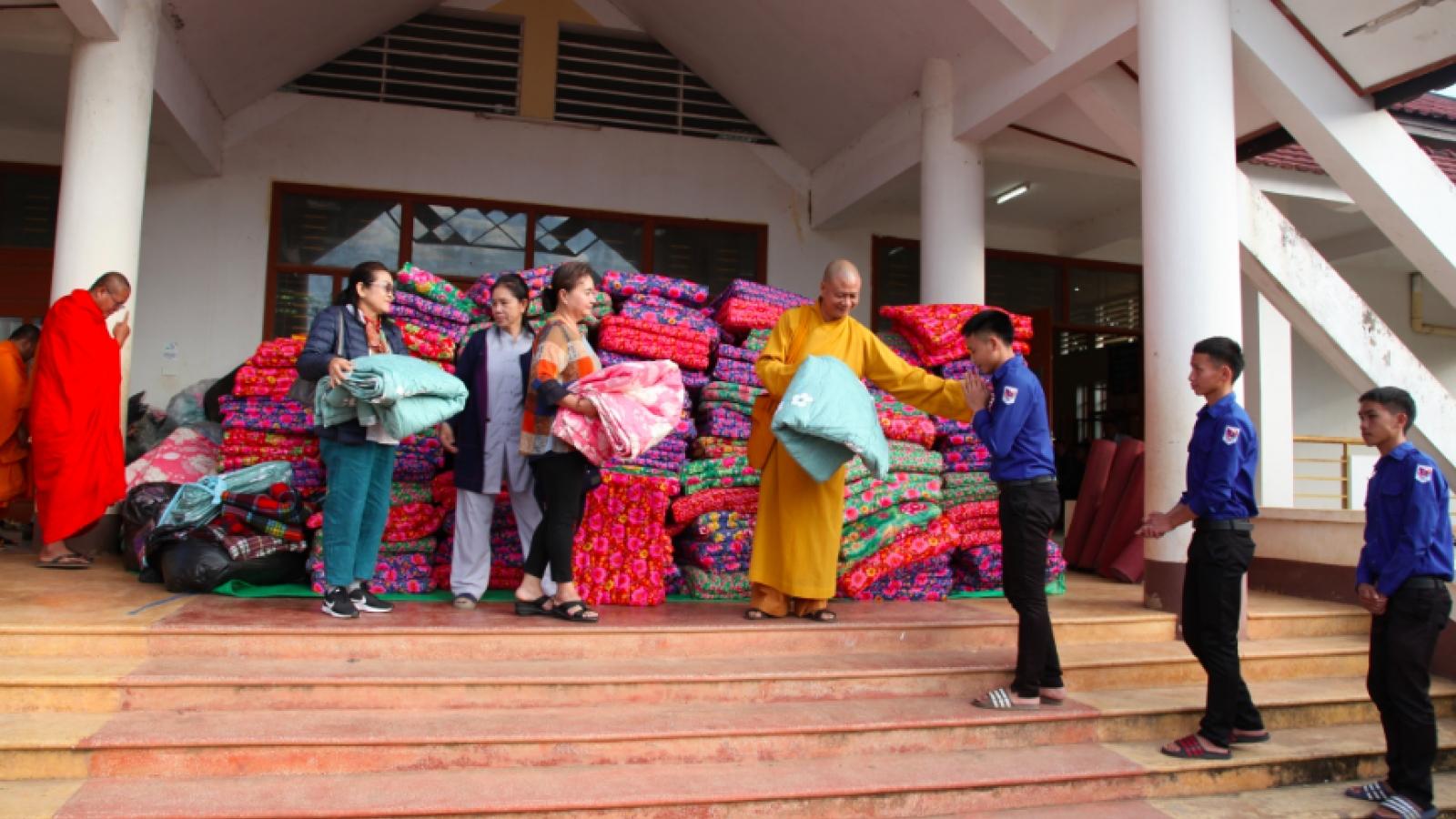 Những tấm chăn ấm áp nghĩa tình Lào - Việt