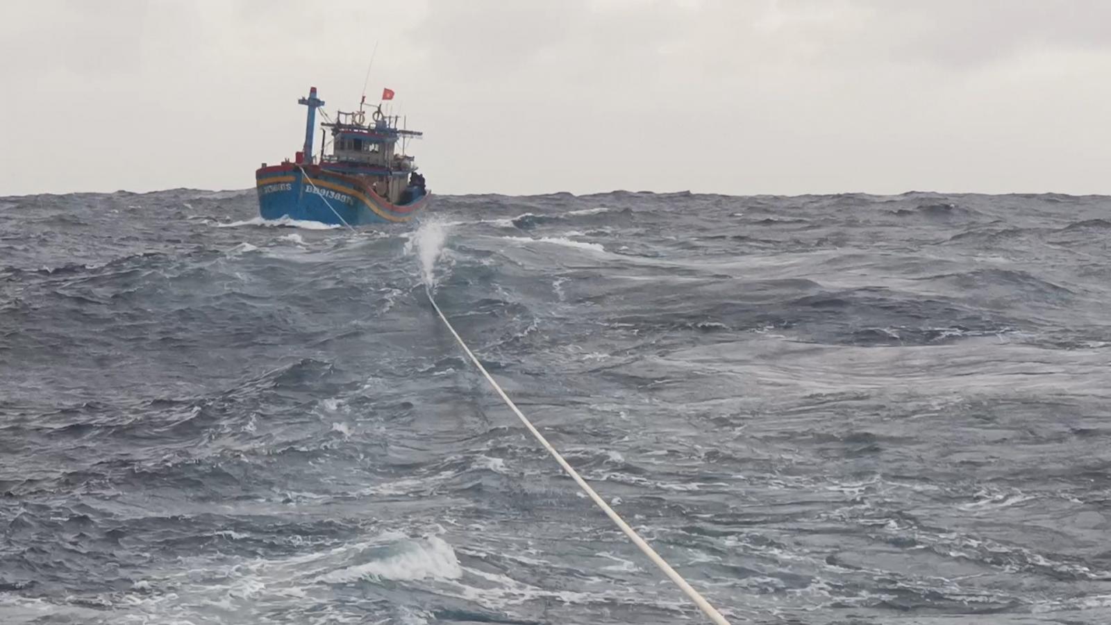 Vùng 4 Hải quân phối hợp với lực lượng Kiểm ngư cứu kéo tàu cá bị nạn trên biển