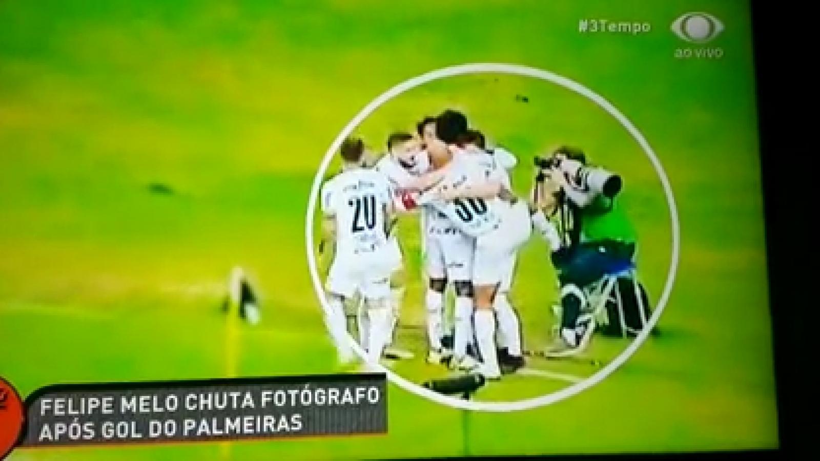 VIDEO: Cựu tuyển thủ Brazil đạp thẳng vào phóng viên khi ăn mừng bàn thắng