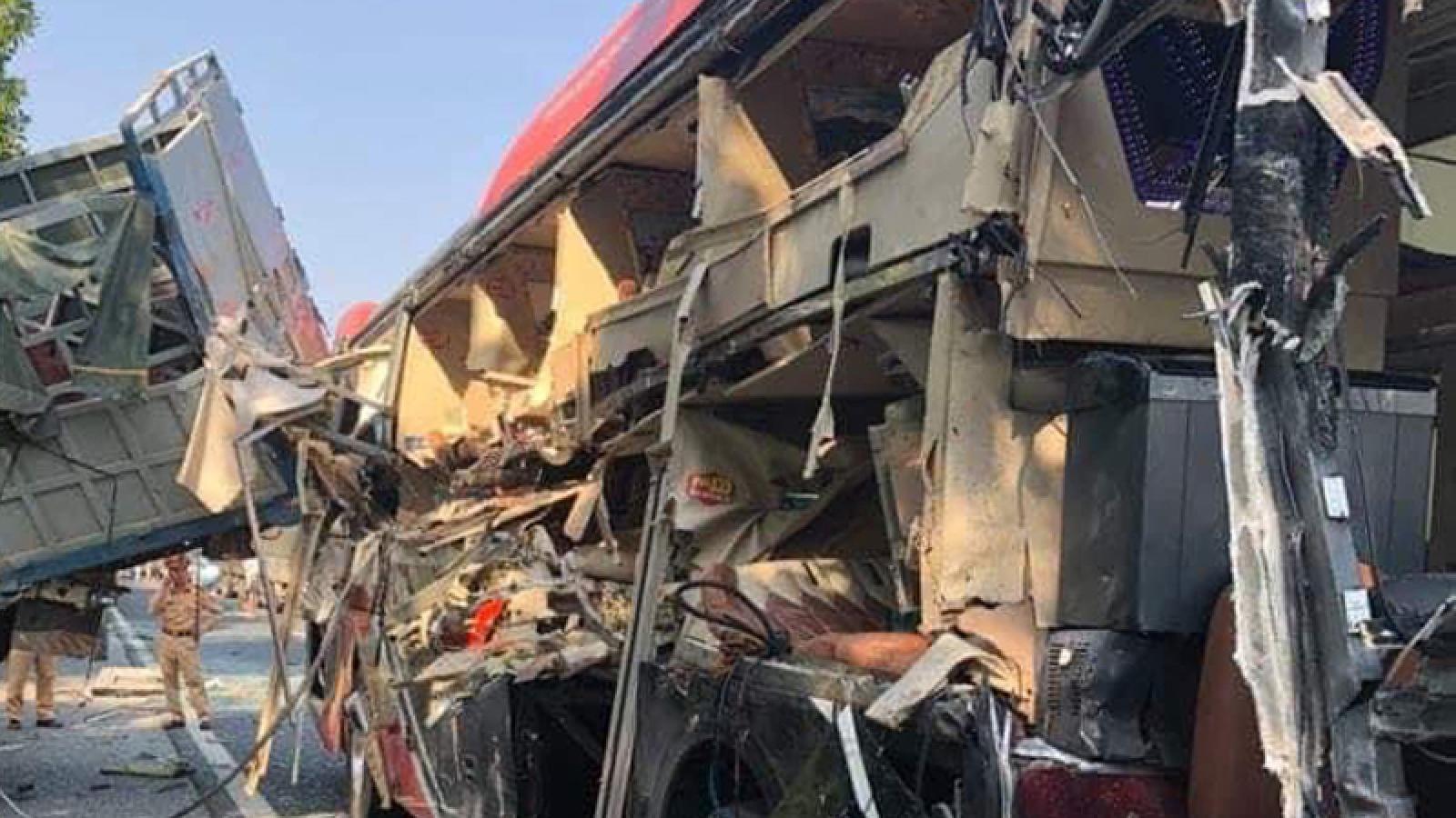 Xe khách giường nằm va chạm với xe tải, 4 người bị thương