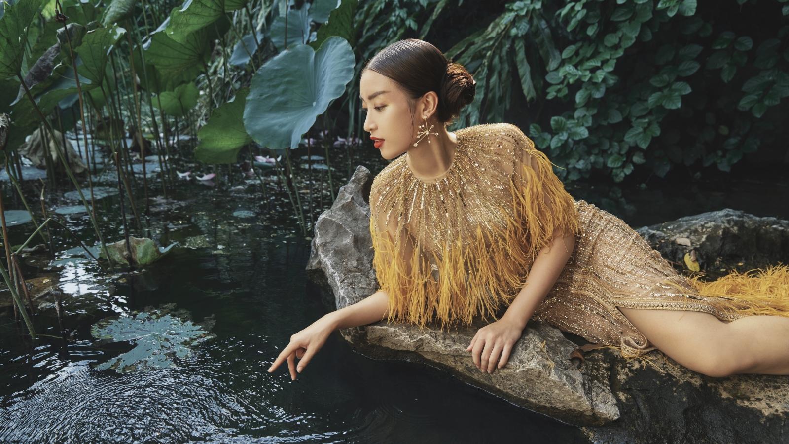 Đỗ Mỹ Linh trèo 500 bậc thang, mặc váy dạ hội tạo dáng giữa cảnh sắc hùng vĩ