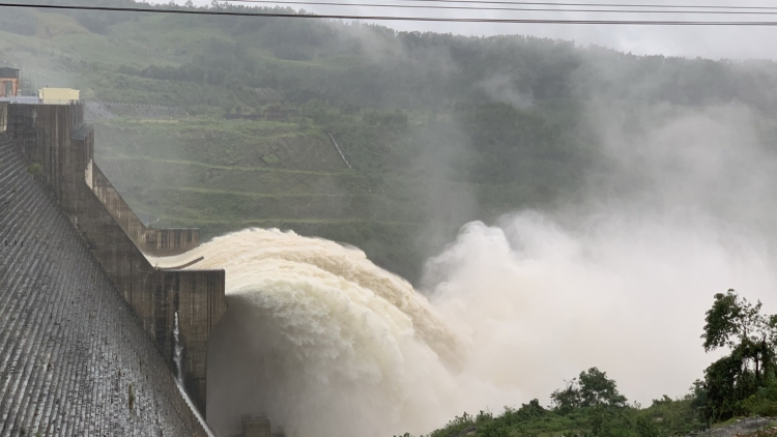 Các thủy điện tại Quảng Nam phải hạ thấp mực nước hồ để đón lũ