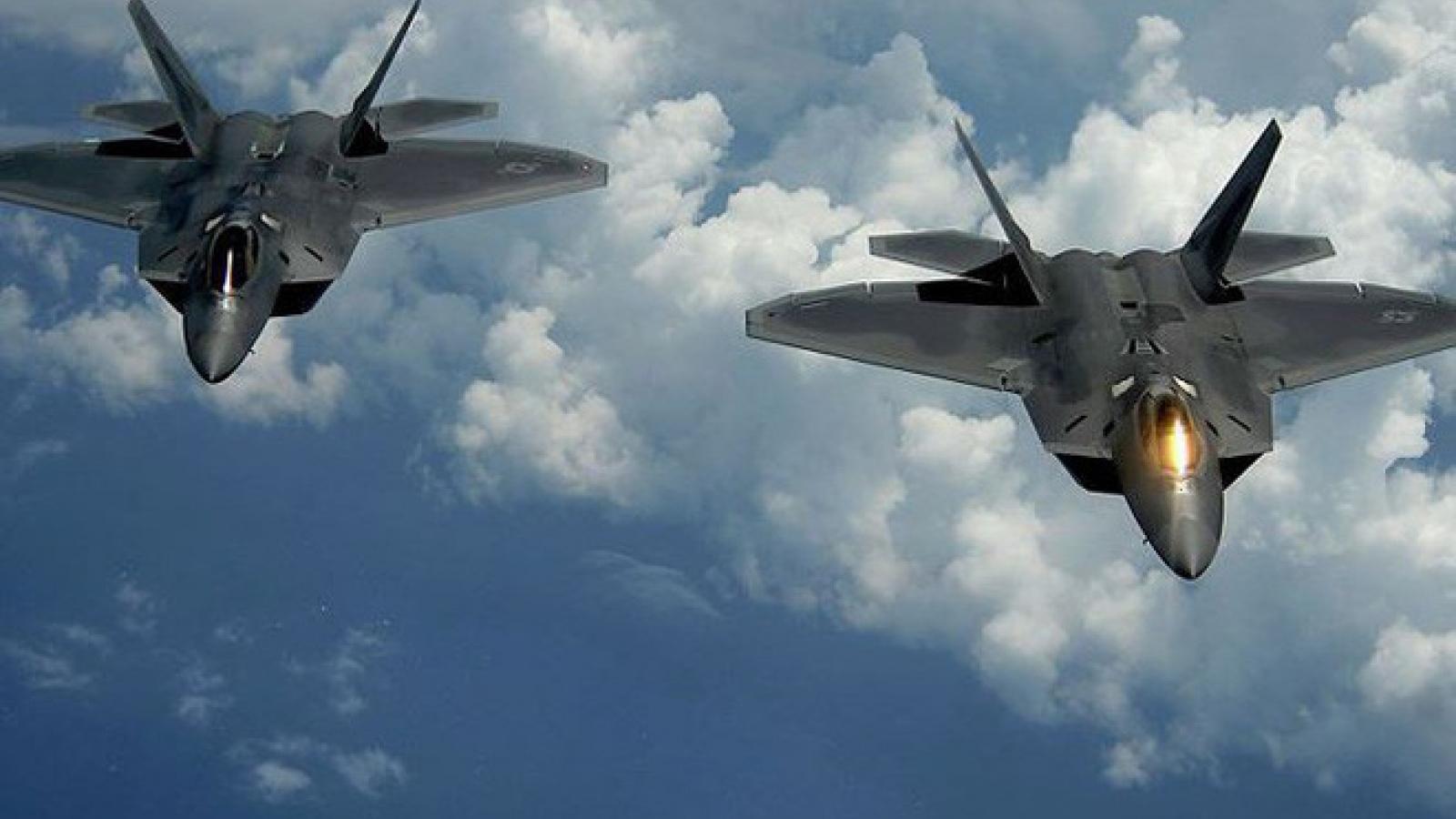 """Thước phim quay chậm chuyển động đầy ngoạn mục của tiêm kích """"chim ăn thịt"""" F-22 Raptor"""